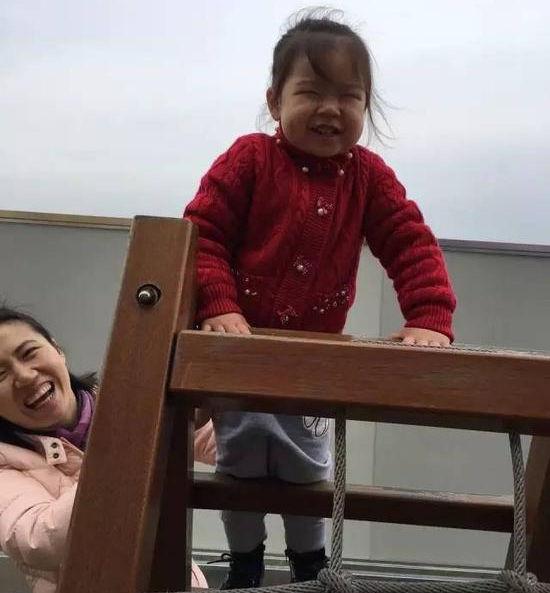 41岁周苏红二嫁富豪,七岁女儿近照曝光,经常探望瘫痪13年的前夫