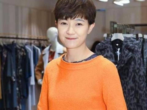 """""""谢小秋""""也是气质挂的,穿橙色毛衣配印花裙,满屏都是高级感"""