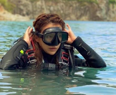 47岁朱迅挑战潜水,穿紧身服秀傲人曲线,身边众多男性围绕