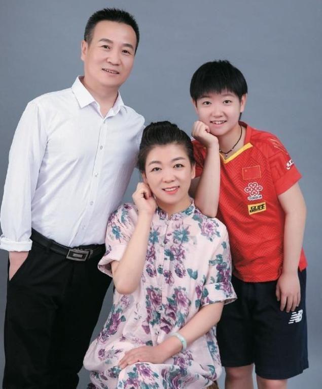 国乒小魔王孙颖莎全家福,妈妈韵味十足,一家人超温馨!
