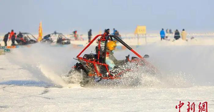 新疆博斯腾湖冰雪盛宴吸引八方游客