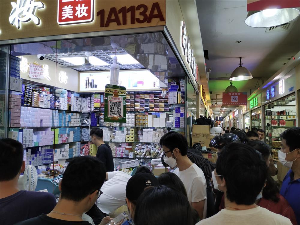 华强北美妆新标签丨你从代购手里买的神仙水、小棕瓶,可能来自深圳这里…
