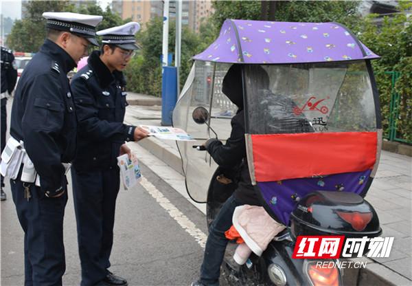 桑植:摩托车、电动车非法加装遮阳伞将被强制拆除