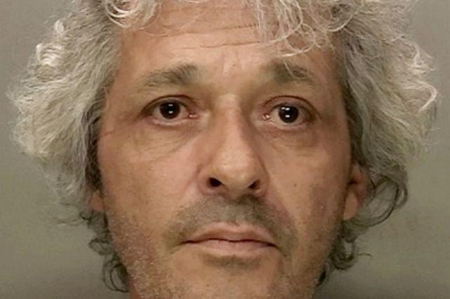 英国男子刺伤室友,眼睁睁见其流血过多而死,与尸共存6周后自首