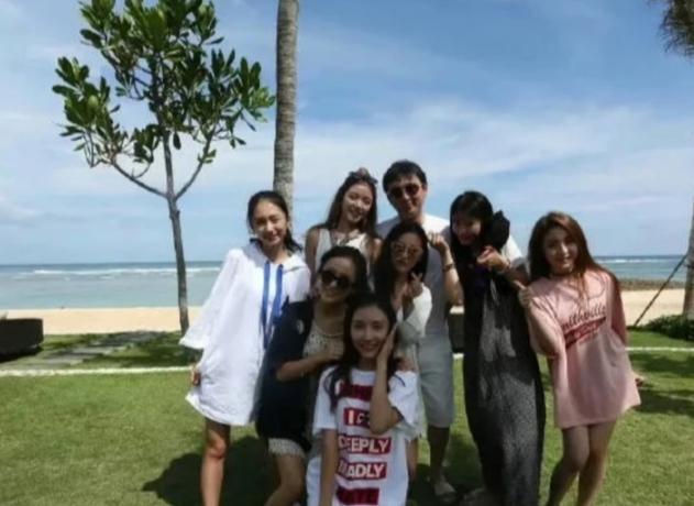 王思聪在海边被7位美女怀绕,一个比一个漂亮,挺大肚腩略显油腻