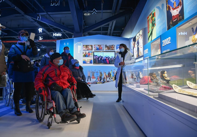 12月2日,来自北京市基层社区的残疾人及亲属参观北京冬奥会和冬残奥会展示中心。新京报记者 陶冉 摄