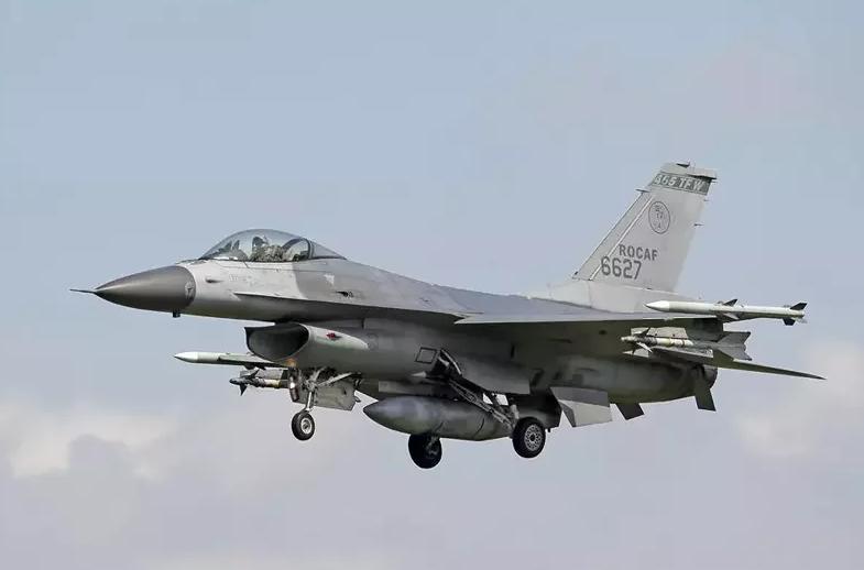 台军F-16机队恢复战备训练