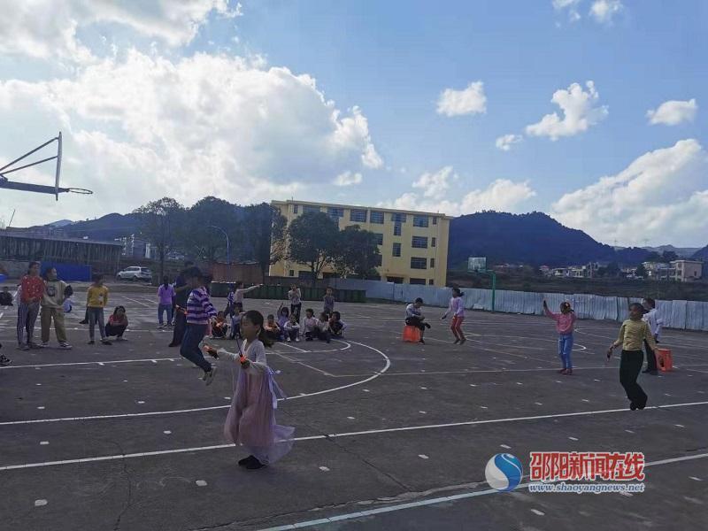 武冈市邓家铺镇中心小学举行六年级学生跳绳比赛