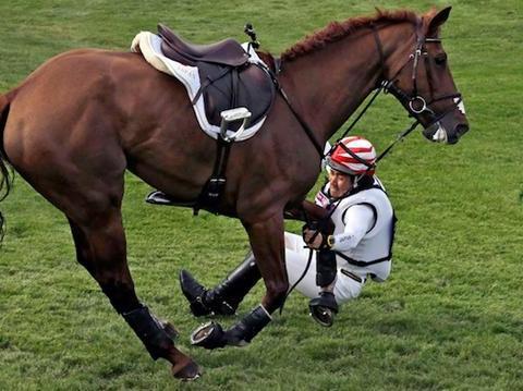印度九岁小飞侠上演电影情节,骑马摔落后又跳回马背,赢得比赛