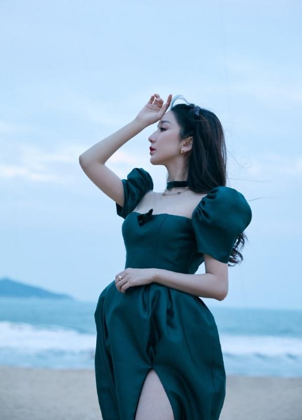 """32岁娄艺潇太美艳,穿花苞裙秀""""奶油腿"""",简直美到骨子里"""