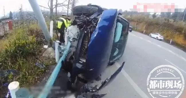 轿车失控撞上护栏,损毁长度达6米,车内人员竟毫发无伤