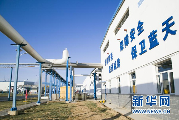 热电厂生产的高温蒸汽通过长长的白色管道输送至生产车间。