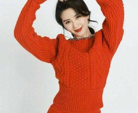 33岁刘诗诗穿红毛衣获赞,下摆故意留10cm螺纹,身材比例真抢镜