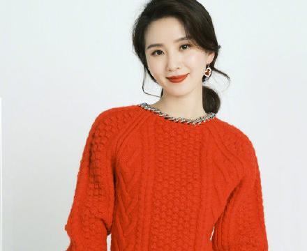 刘诗诗穿红毛衣迎新年真美,下摆故意留10cm螺纹,腰线提高一大截