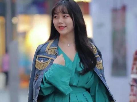 韩版春季超短裙,色彩饱和度高,美女低头微笑,感觉心都融化了!