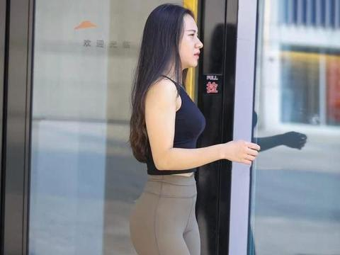 八十块钱买的瑜珈裤,让嫂子穿出八千感觉,好身材就是拉扯