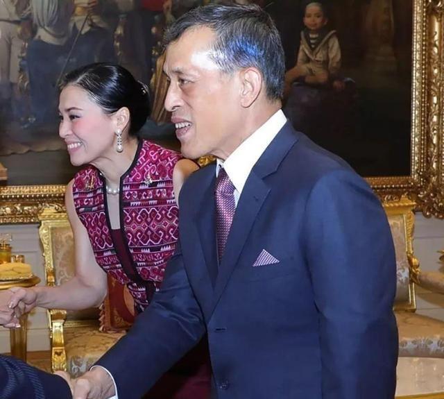 还是正宫能力强!42岁苏提达陪泰王接见外宾,全英文交流看傻国王