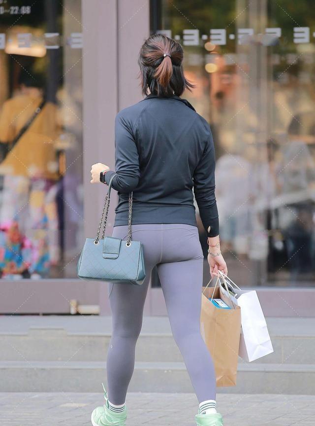 健身服搭配荧光色内搭,马卡龙色鞋子,时尚有活力