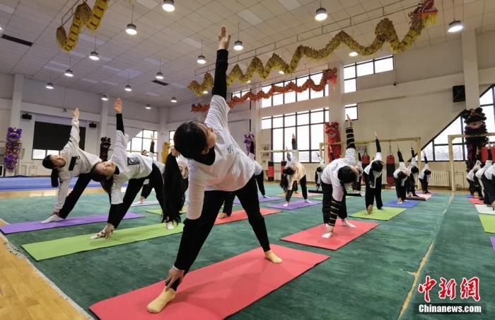 圖為學生上瑜伽課。