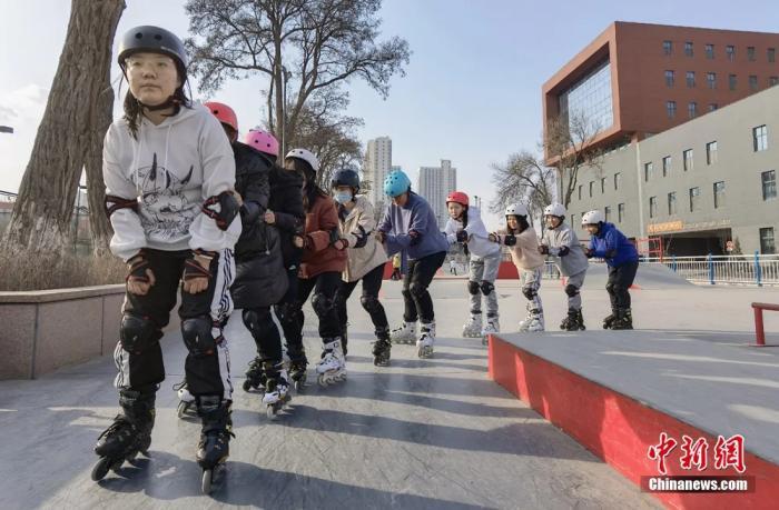 圖為學生上輪滑課。