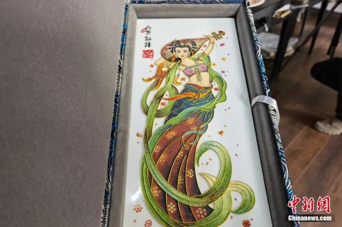 圖為景泰藍金絲彩砂工藝盤作品。