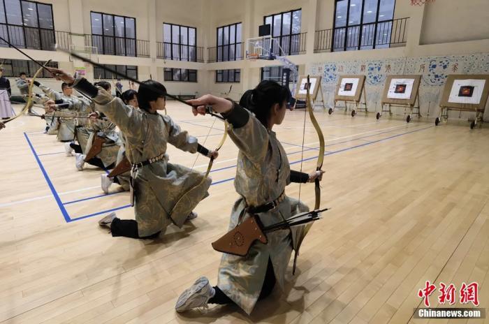 圖為同學們上射箭課。