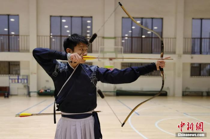 圖為射箭課老師給學生做示范。