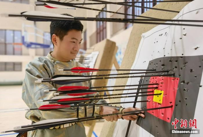 圖為學生上射箭課。