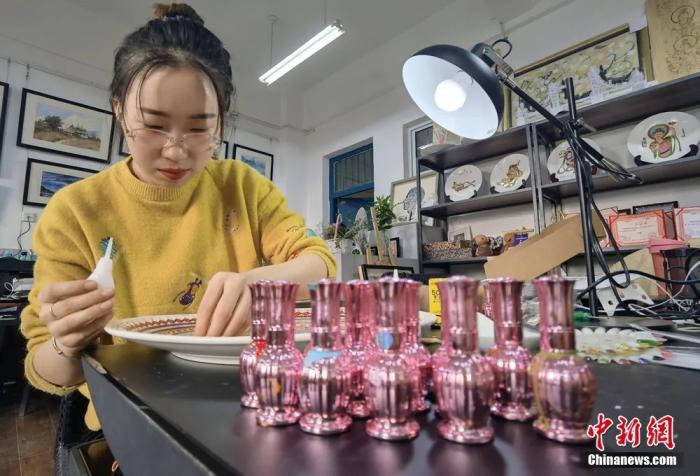 圖為學生用指甲油制作敦煌彩繪工藝盤。