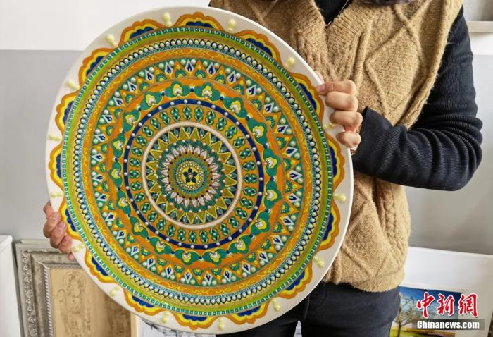 圖為學生制作的敦煌彩繪工藝盤展示。
