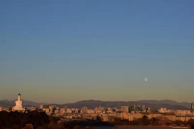 2020的最后一天,北京景山公园现日月同辉美景