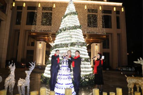"""中粮可口可乐""""悦活""""好水""""点亮""""希尔顿酒店圣诞季"""