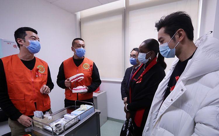 黄晓明到访录视频推广HIV快速检测,揭秘HIV快检室