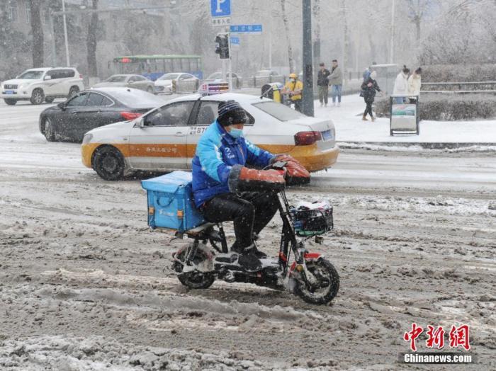 """交通安全日:聚焦""""骑手""""的安全与困境"""