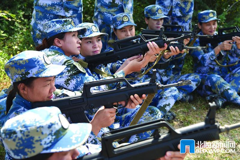 女民兵进行年度射击训练