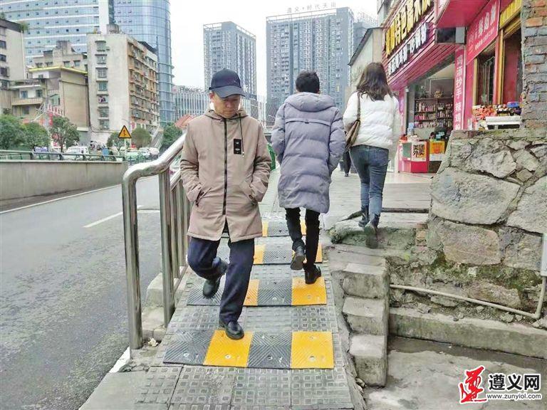 人行道太滑 防滑减速带解决问题