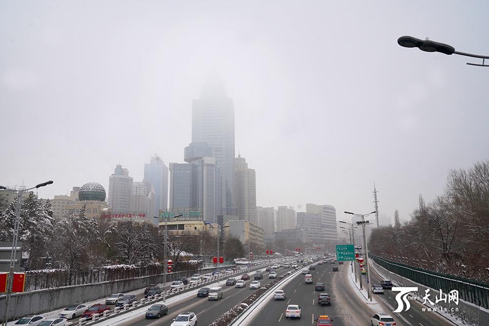 乌鲁木齐市高楼隐现雾雪天