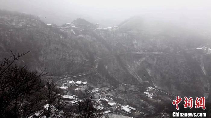 湖北神农架护林人:风雪中徒步20多公里巡山护林