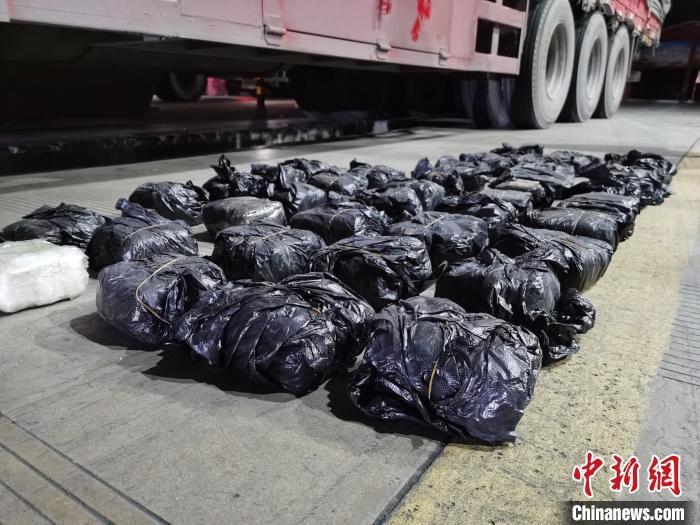 云南西双版纳缴毒近30公斤