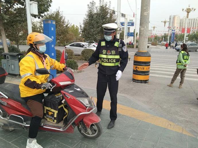 """11月份阿克苏快递、外卖企业佩戴安全头盔、使用安全带""""红黑榜""""公示"""