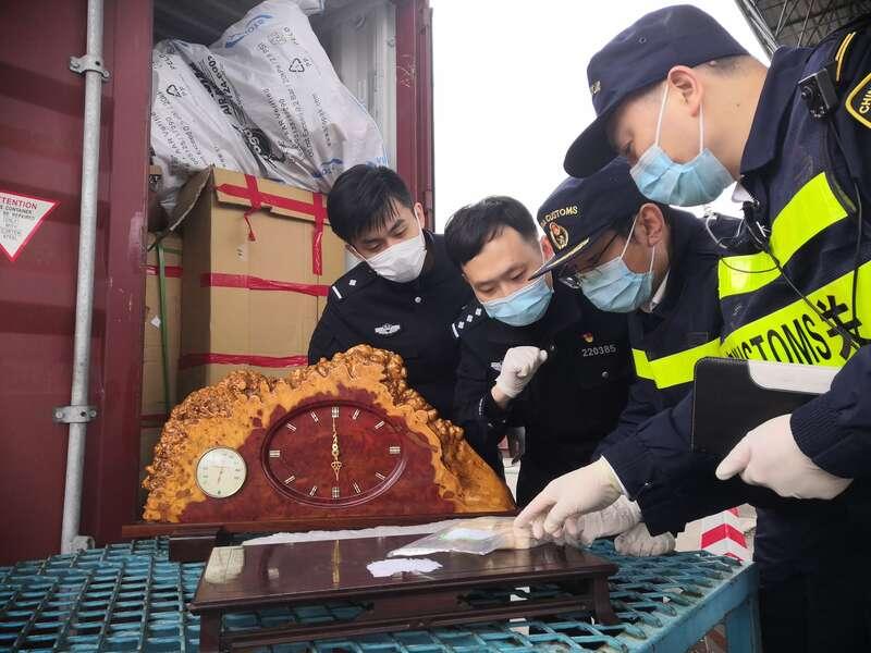 上海海关查获一批违规进口象牙画轴、黄檀木摆件