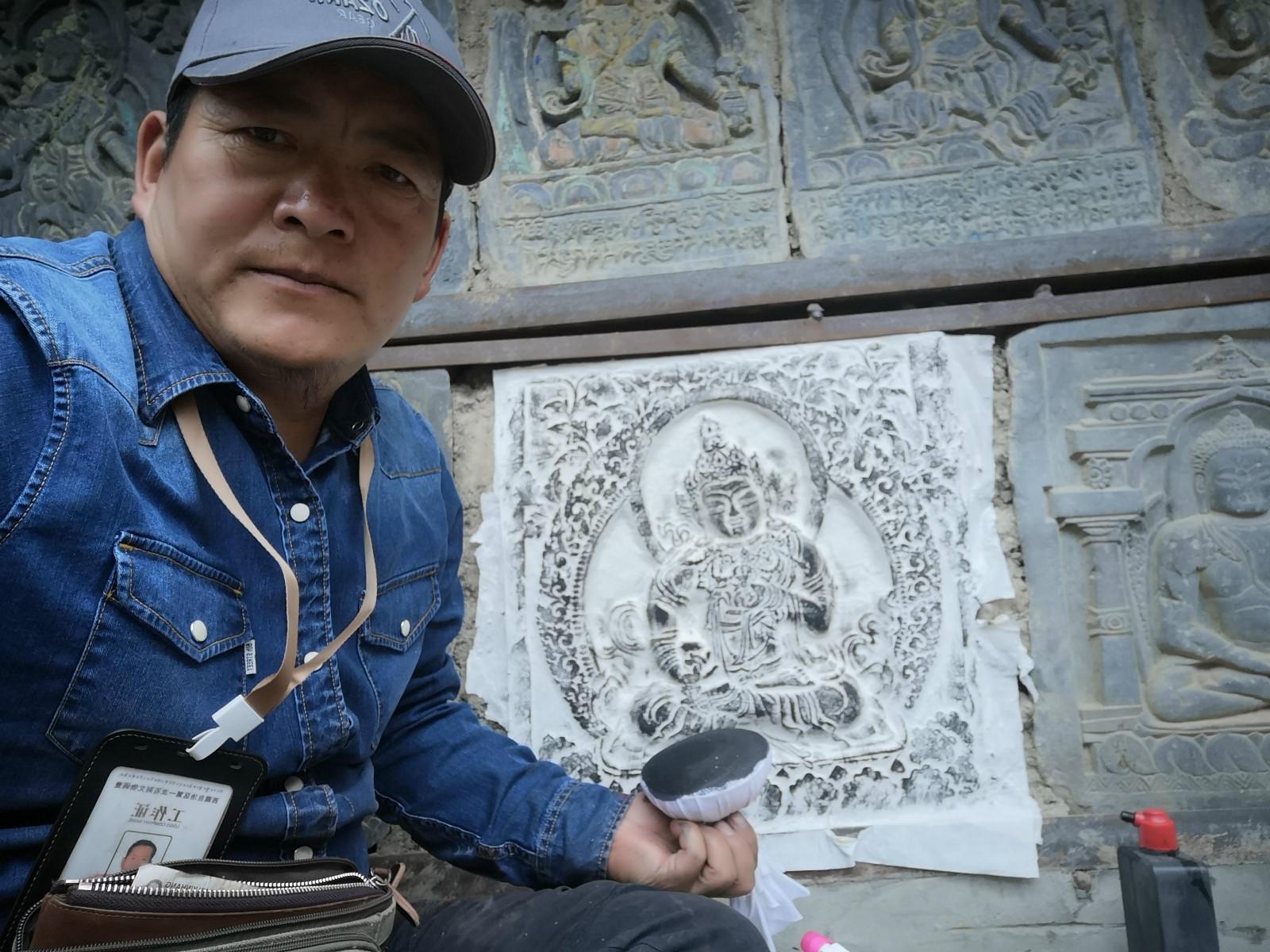 """格旺和格桑:守护西藏石刻的""""父子兵"""""""