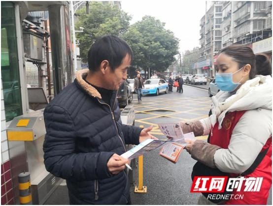 新时代文明实践耀武陵丨武陵区白马湖街道组织志愿者上街开展禁毒宣传活动