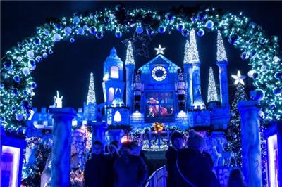 英国一家庭花2万英镑迎圣诞 将自家改造成节日迪士尼乐园