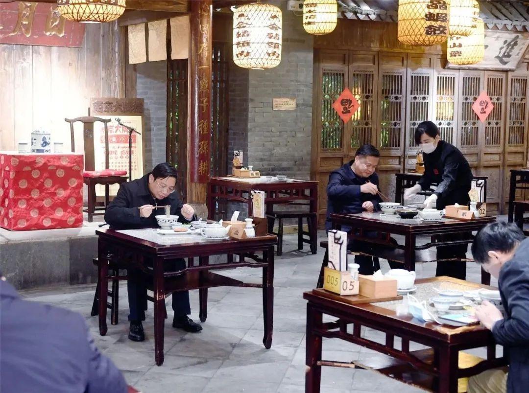 省部级官员去南京大牌档,吃了一份鸭血粉丝汤图片