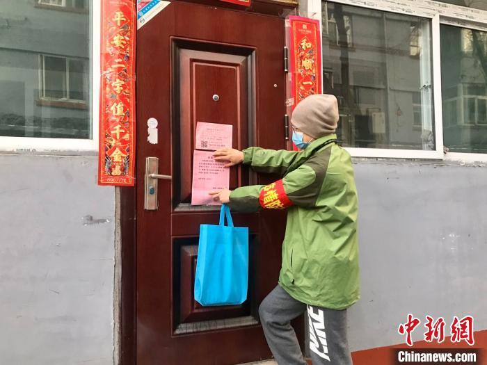 """山西""""90后""""大学生杨代华申请成为一名抗""""疫""""志愿者。 李怡 摄"""