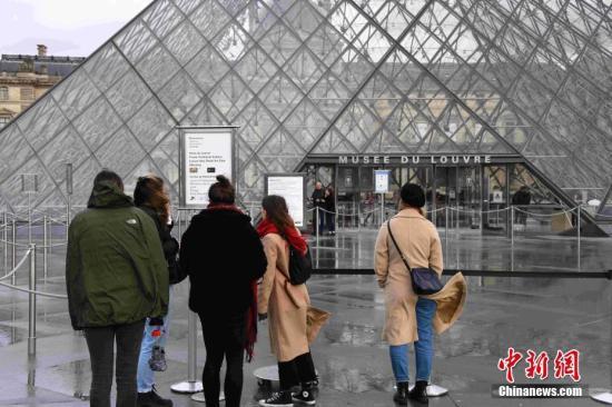 当地时间3月2日,位于法国巴黎的卢浮宫受新冠肺炎疫情影响持续闭馆,卢浮宫工作人员担心疫情继续拒绝上班。卢浮宫1日已因相同原因而全天闭馆。中新社记者 李洋 摄