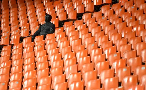 欧冠瓦伦西亚与亚特兰大的比赛由于疫情不得不空场进行,这尊雕像是唯一的现场球迷。