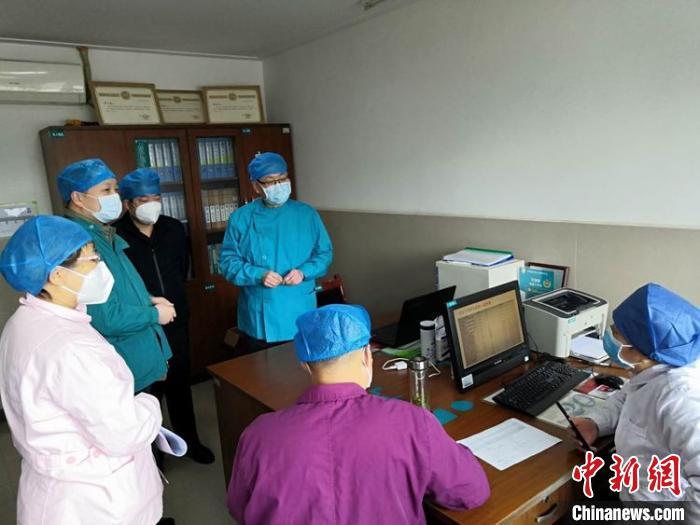专家团队现场讨论患者情况。 李俊萍供图