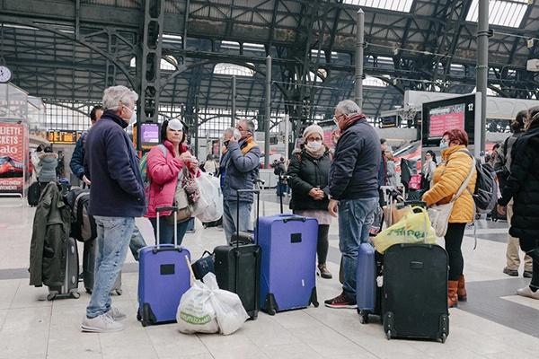 意大利米兰火车站乘客在候车